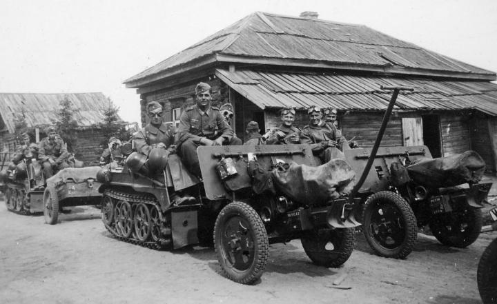 """В Историю немецкий гусеничный мотоцикл вошёл под названием  """"Кеттенкрад """" (Kettenkrad)."""